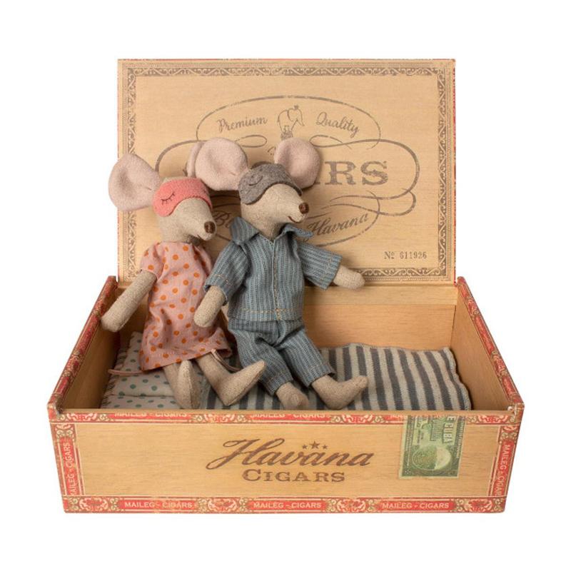 a13815x.jpg - Mum & dad mice in cigar box - Elsashem Butiken med det lilla extra...
